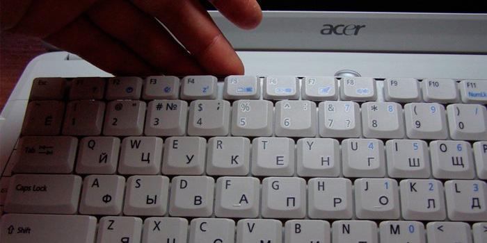 Как снять клавиатуру ноутбука