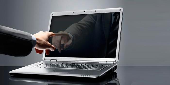 при включении ноутбука загорается черный экран