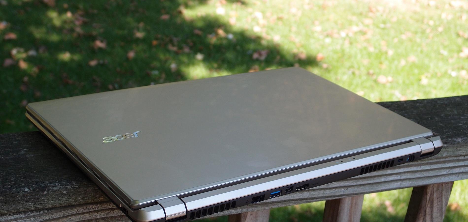 Acer Aspire V5-552PG на скамейке